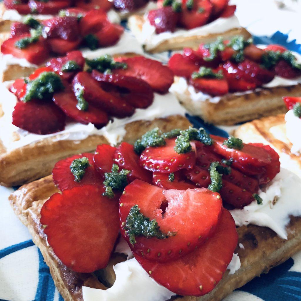 Somrig smördegsbakelse med jordgubbar eller rabarber